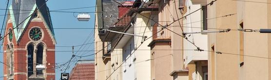 Blick auf Häuser an einer Stra%szlig;e.